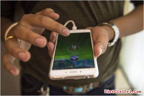 Vỏ bảo vệ sẽ khiến iPhone nhanh nóng, ảnh hưởng đến tốc độ sạc. ẢNH: AFP