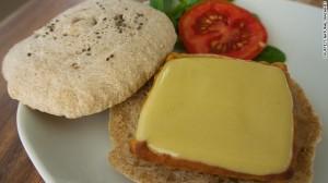 Thành phẩm tiếp theo đó là món bánh sandwich chay với phần nhân phô mai cũng được tạo bởi máy in Foodini