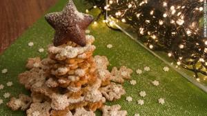 Những chiếc bánh ngọt được xếp thành cây thông