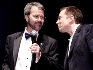 Eberhard (trái) sau này đã lôi Elon Musk ra tòa và được thỏa thuận bồi thường một khoản tiền khá lớn