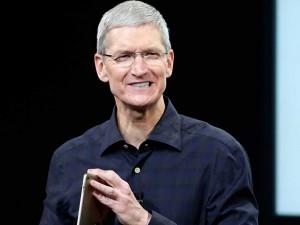 Giám đốc điều hành Tim Cook của Apple phát biểu trong buổi công bố chiến dịch ủng hộ ngày Thế giới phòng chống AIDS