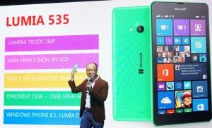 Đại diện Microsoft Devices giới thiệu điện thoại Lumia 535. Ảnh: Zing