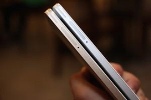 Khay micro-SIM kép được đặt ở cạnh trái.