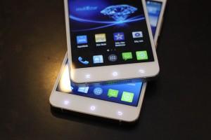 Cụm phím cảm ứng được đặt dưới màn hình.