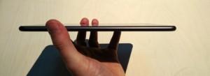 Cạnh bên của N1 được bo tròn giống iPad Air với số lượng nút bấm vô cùng hạn chế. (Ảnh: Ibtimes)