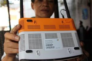Chỉ một số loại modem bị tấn công. Trong ảnh là modem của một khách hàng của FPT ghi thiết bị này được sản xuất tại Trung Quốc - Ảnh: Bá Sơn