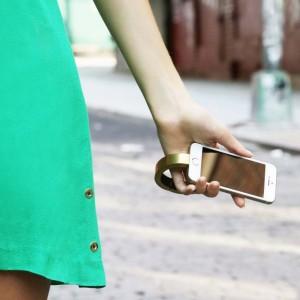 Vòng đeo tay Q Bracelet là một bộ pin sạc iPhone ẩn trong thân hình của một chiếc lắc mạ vàng cao cấp.