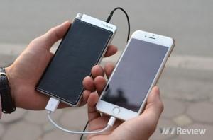 HA-2 được bọc da xung quanh và có kích thước tương đương với những chiếc điện thoại có cỡ khoảng 4.7 inch đến 5 inch như chiếc iPhone 6.