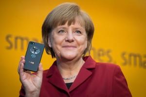 Nữ thủ tướng Đức cầm chiếc BlackBerry của bà tại triển lãm CeBIT 2013