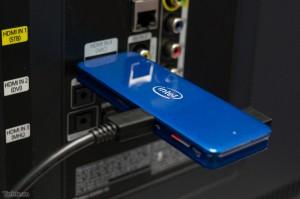 Đây cũng là bản thử nghiệm của Intel ComputeStick nhưng nó có màu xanh khá đẹp mắt, và đang được gắn vào một chiếc TV để trình diễn khả năng của máy