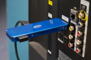Cắm vào TV bằng cổng HDMI để xuất hình ảnh và âm thanh, cổng microUSB kia thì cắm vào cổng USB trên TV để lấy nguồn điện