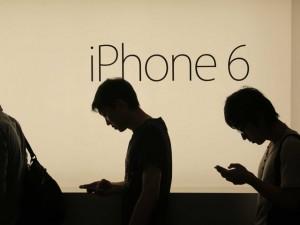 """Nhu cầu mua sắm của người dùng với chiếc iPhone thế hệ mới nhất vẫn chưa có dấu hiệu """"giảm nhiệt"""". Theo một bản báo cáo của nhà đầu từ được công bố hôm thứ 2 vừa qua, các nhà phân tích cho thấy hiện Apple chỉ có thể đáp ứng 56% nhu cầu mua sắm của người dùng với 2 phiên bản iPhone 6 và iPhone 6 Plus. Mặc dù con số này đã có sự thay đổi đáng kể so với tháng 10, thế nhưng nó vẫn chưa thể đáp ứng được nhu cầu mua iPhone 6 của khách hàng."""