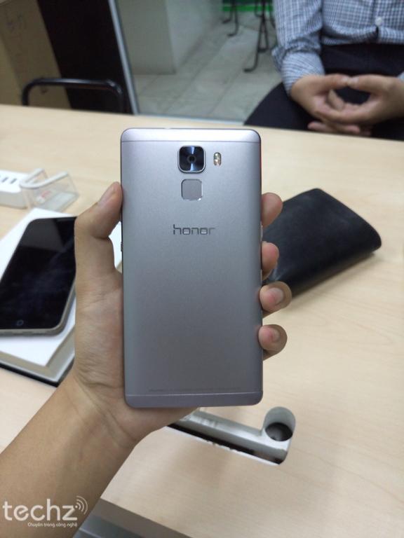 Mặt sau mang nhiều nét tương đồng với siêu phẩm One M9 của HTC.