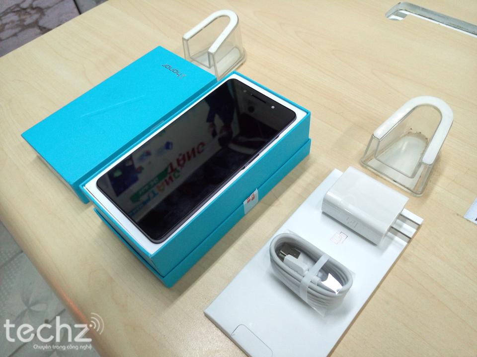 Bộ phụ kiện theo máy Honor 7, bao gồm cáp micro USB, củ sạc và sách HDSD
