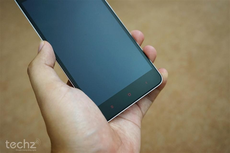 Bộ 3 phím cảm ứng màu đỏ quen thuộc của những chiếc điện thoại đến từ Xiaomi.