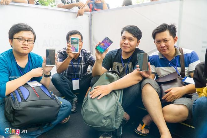 """""""Fan trung thành"""" tại Việt Nam cầm trên tay những chiếc Galaxy Note đời cũ đang sử dụng để mua Note 5 với giá giảm 30%. Ảnh: Duy Tín."""