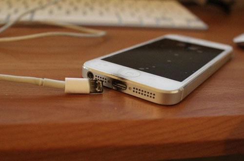 Sạc rởm có thể là nguyên nhân gây nên những tai nạn nghiêm trọng khi sử dụng điện thoại.