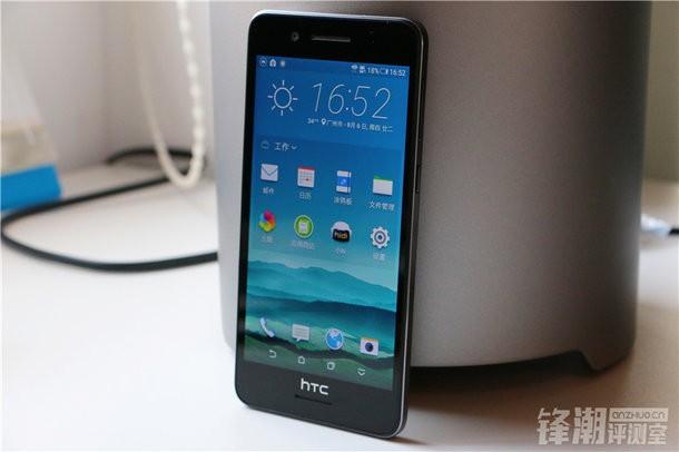 HTC Desire 728 sở hữu màn hình 5,5 inch, độ phân giải HD (1.280 x 720 pixel). Máy sử dụng vi xử lý octa-core MT6753 từ MediaTek với tốc độ 1,3 GHz và chip đồ hoạ Mali T720. Mẫu Desire mới của HTC có dung lượng RAM 2 GB, đi kèm 16 GB bộ nhớ trong có thể mở rộng với thẻ microSD.