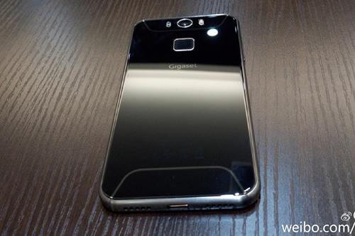 Ảnh được cho là smartphone Gigaset, công ty mua lại bộ phận di động của Siemens.