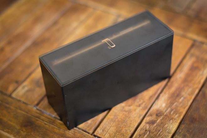 Với mức giá 11 triệu đồng, đây là model cao cấp nhất của hãng. Hộp đựng được thiết kế hình hộp rất gọn gàng và làm từ nhựa cứng.