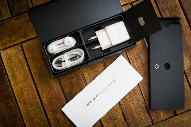 Phụ kiện đi kèm theo máy chính hãng có sạc chân tròn, cáp và tai nghe màu trắng. Tai nghe của Huawei P8 trông khá giống với tai nghe EarPod của Apple.