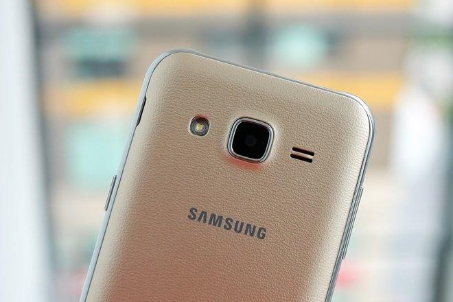 Camera lồi đặc trưng trong thiết kế của Samsung cũng xuất hiện trên mẫu smartphone giá rẻ. Camera chính có độ phân giải 5 megapixel và dùng đèn Flash LED đơn, camera trước độ phân giải 2 megapixel.