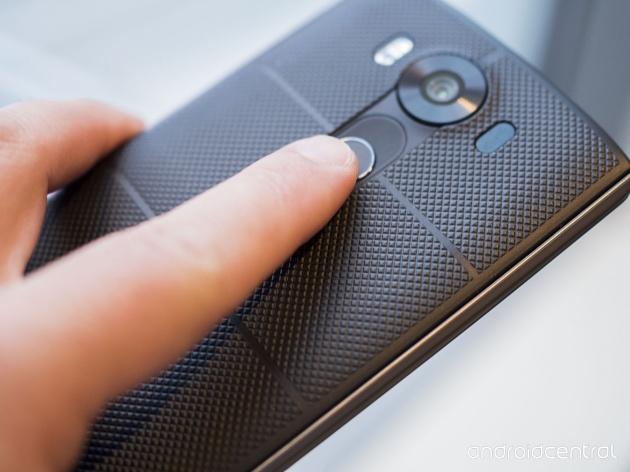 V10 sở hữu camera chính lên đến 16 MP, khẩu độ 1.8 / OIS 2.0. Hai camera selfie (camera trước) 5 MP, cho góc chụp lần lượt là 120 và 80 độ. Bên cạnh đó, LG cũng trang bị bộ cảm biến vân tay trên V10.