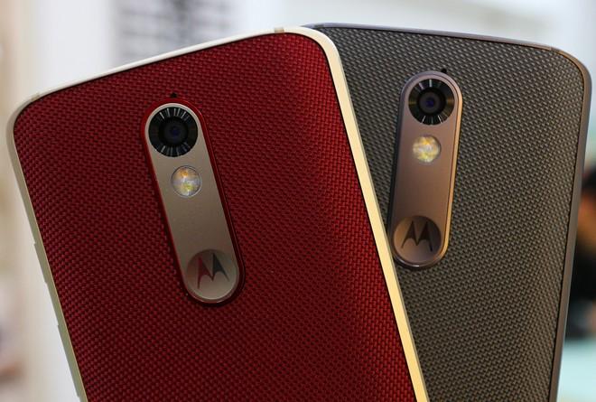 Droid Turbo 2 được mệnh danh là điện thoại không thể vỡ do máy sử dụng màn hình 5 lớp, bao gồm một lớp AMOLED uốn dẻo, lớp chống vỡ và chống trầy. Theo Motorola, màn hình này có thể miễn nhiễm với các vụ rơi vỡ trong 4 năm.  Sự độc đáo của máy còn đến từ thiết kế không giống bất cứ model Android nào. Thiết bị này dùng khung kim loại, mặt lưng dùng chất liệu hơi giống silicon, mềm và bám tay. Tại Mỹ, người dùng có thể tùy biến mặt lưng này với nhiều chất liệu khác nhau bằng công cụ Moto Maker.