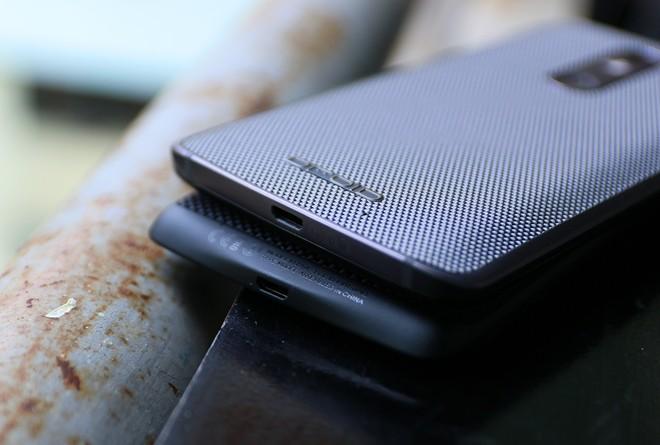 Droid Turbo 2 (trên) về nước, gia nhập vào trào lưu điện thoại Mỹ qua sử dụng đang khá thịnh hành ở Việt Nam. Đây là những chiếc smartphone khóa mạng Mỹ, mở khóa bằng thiết bị chuyên dụng tại Việt Nam nên giá bán khá hấp dẫn.