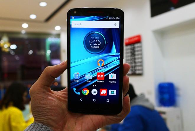 Giá bán của máy cho bản qua sử dụng là 8,99 triệu đồng (tham khảo tại cửa hàng ClickBuy) cho bản 32 GB. Giá bán này cao hơn khoảng 3,5 triệu đồng so với mẫu Droid Turbo đời đầu.  Máy dùng màn hình AMOLED tấm nền 2K, giao diện Andoid gần như không tùy biến so với Android gốc. Máy chạy hệ điều hành Android 5.1.1 Lollipop.