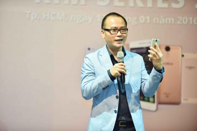 CEO Mobiistar -  Ông Ngô Nguyên Kha cầm trên tay chiếc điện thoại mới trong buổi giới thiệu smartphone mới năm 2016 của hãng.