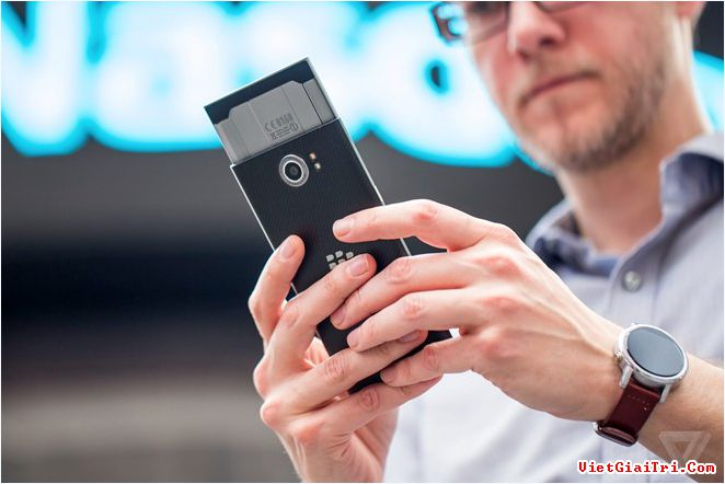 Priv là bước khởi đầu để BlackBerry chuyển hẳn sang Android. Ảnh: The Verge.