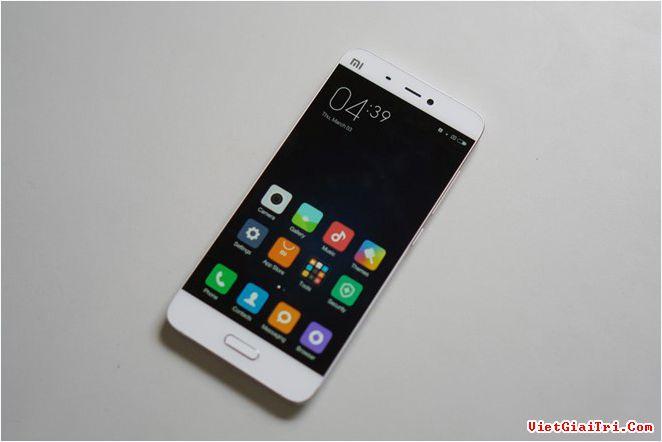 Xiaomi Mi 5 bản RAM 4 GB, dung lượng 128 GB sắp lên kệ (trong ảnh là bản tiêu chuẩn). Ảnh: Thành Duy.