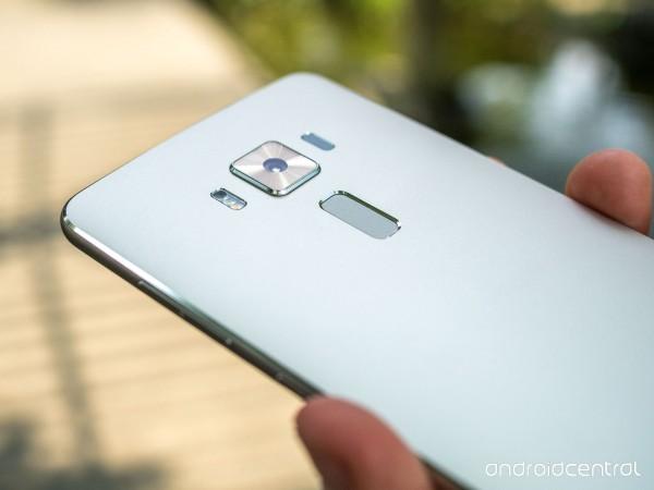 Thiết kế cụm camera đẹp mặt với viền kim loại bao quanh bóng bảy cùng mặt kính sapphire