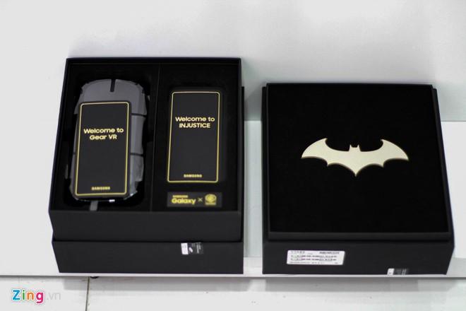 Hộp máy được làm lại, lấy màu đen làn chủ đạo theo phong cách của Batman. Bên trong hộp đựng máy là 1 chiếc Batarang mạ vàng quen thuộc của siêu anh hùng.