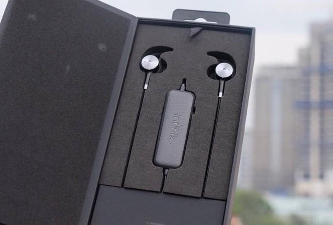 Sản phẩm thứ 3 Infinix giới thiệu là tai nghe khử tiếng ồn XE02 với giá 490.000 đồng. Máy trang bị bộ xử lý bên trong, cho phép điều chỉnh âm thanh theo từng thể loại nhạc.