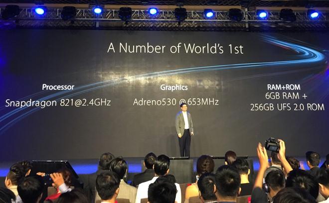 "3 trong số những điểm ""nhất thế giới"" của Asus Zenfone 3 Deluxe, theo CEO Jerry Shen. Ảnh: Thành Duy."