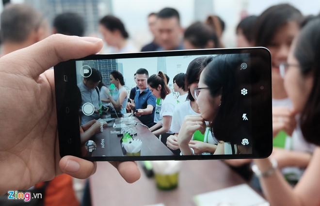 Chất lượng camera không cao, tuy nhiên, Infinix nhấn mạnh hơn vào camera trước 5MP với đèn Soft Flash hỗ trợ selfie.