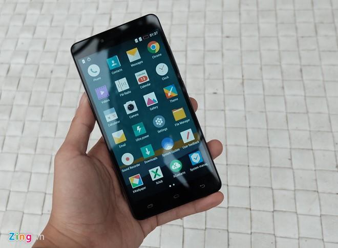 Infinix HOT 3 LTE X553 trang bị bộ xử lý Qualcomm MSM8929 Snapdragon 415, RAM 2 GB và 16 GB bộ nhớ trong, mở rộng với thẻ nhớ MicroSD. Sản phẩm được bán trực tuyến với giá 2,7 triệu đồng.