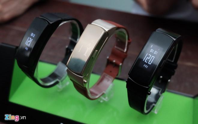 Infinix cũng đồng thời giới thiệu vòng đeo thông minh Xband với giá 1.390.000 đồng. Sản phẩm có thiết kế đẹp, khung kim loại, dây da. Phần mặt trước có thể tháo rời dùng như một tai nghe Bluetooth.
