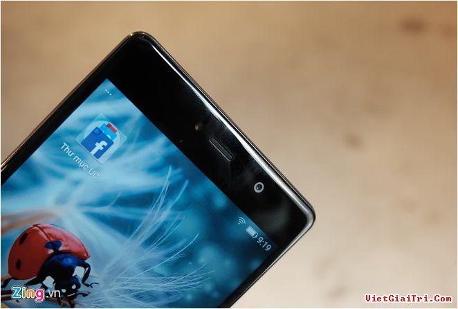 Sản phẩm có độ hoàn thiện khá, màn hình cong 2,5D, viền màn hình không quá dày. Mặt lưng được làm ôm cong, cảm giác cầm tốt.
