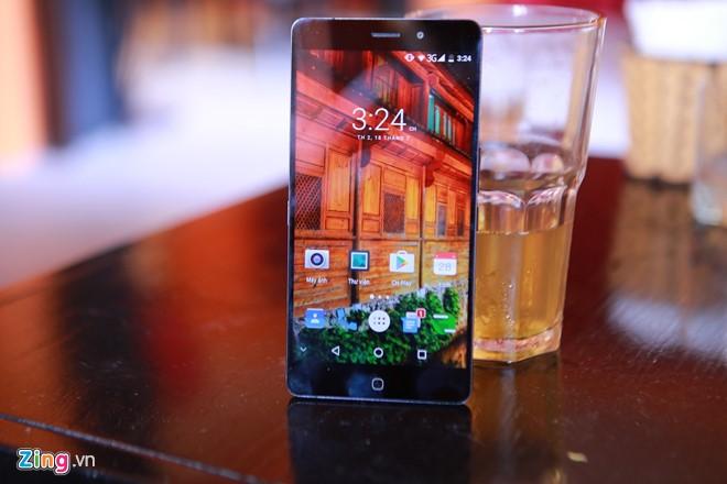 Máy có màn hình 5,5 inch độ phân giải Full HD 1.920 x 1.080 pixel, sử dụng tấm nền IPS của LG. Thông số kỹ thuật của máy bao gồm: chip lõi 8 Helio P10, RAM 4 GB, chip đồ họa Mali T860, pin dung lượng 3.000 mAh, bộ nhớ 32 GB có thể mở rộng thông qua khe cắm thẻ nhớ micro SD, chạy Android 6.0.