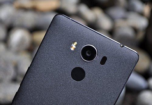 Cụm camera với đèn flash kép của P9000.