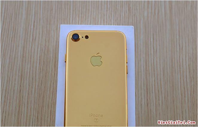 Việc một chiếc iPhone bản mẫu xuất hiện tại Việt Nam trước thời điểm máy ra mắt không còn là chuyện lạ. Trước đây, bản mẫu iPhone 6 hay các thế hệ 5S, 5C đều có mặt tại Việt Nam nhiều ngày trước khi chúng chính thức ra mắt.