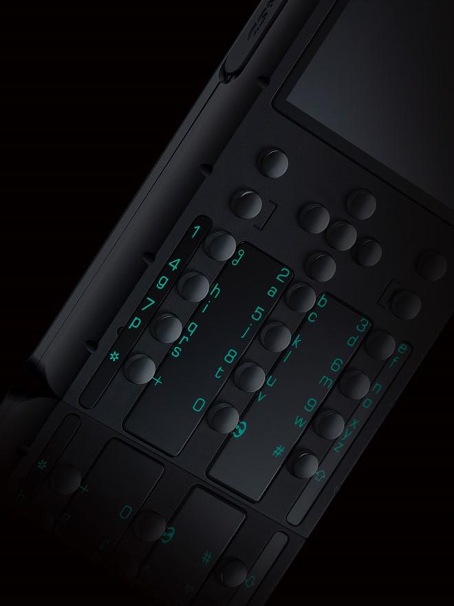 Điểm nhấn trong thiết kế của dòng máy này là sự kết hợp giữa màu đen truyền thống và màu xanh lục phản quang của các ký tự bàn phím cũng như biểu tượng ở mặt sau.
