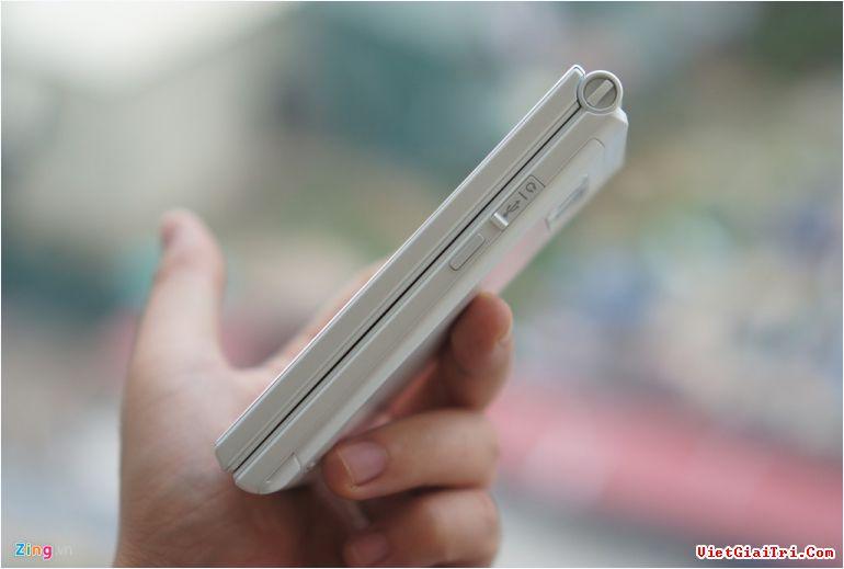 Thiết bị này cũng không có jack cắm tai nghe. Thay vào đó, nó có đầu chuyển để sử dụng với cổng micro USB.