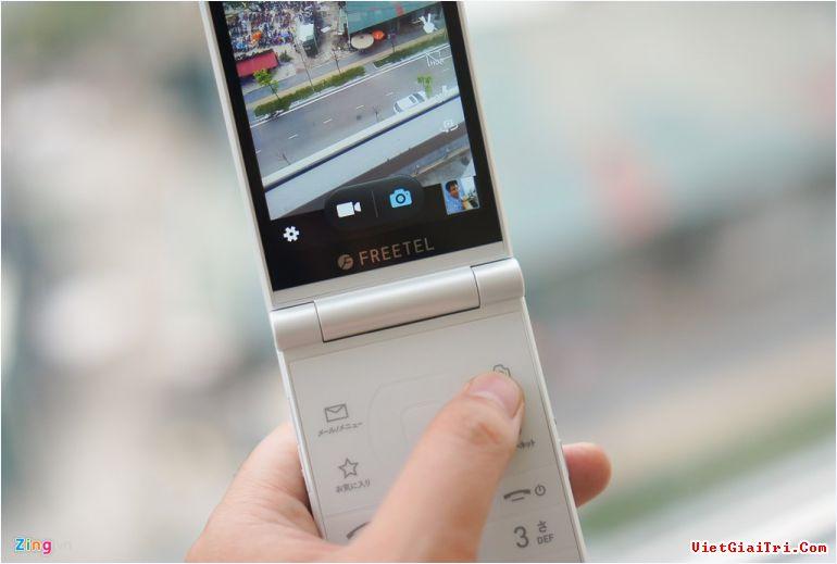 Khi mở máy và chụp ảnh, người dùng sẽ phải lưu ý đôi chút để không che mất phần camera của máy. Phần phía trên bàn phím (keypad) có bố trí nút chụp hình nhanh, mở email, duyệt web và tùy chọn một ứng dụng yêu thích nào đó.