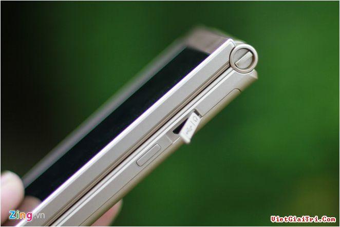 Cạnh phải là phím nguồn, cổng sạc, không có cổng 3,5 mm, người dùng cần dùng cáp chuyển nếu muốn nghe nhạc. Bên trên vẫn có một khuyên nhỏ để gắn móc khoá. Đã rất lâu thị trường mới xuất hiện lại 1 mẫu di động có thiết kế hoài cổ như Musashi.