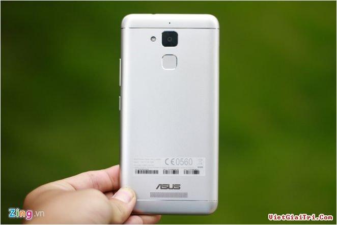 Mặt lưng trông khá giống với di động của Xiaomi. 2 cạnh bên ôm cong giúp máy trông mềm mại và cầm nắm tốt hơn.