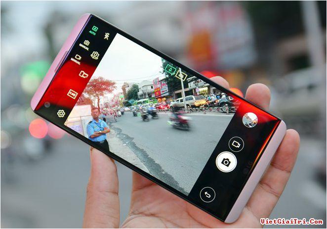 LG V20 là smartphone hiếm hoi trên thị trường cài sẵn hệ điều hành Android 7.0 (Nougat). Phiên bản từ Hàn Quốc có thêm một số ứng dụng từ nhà mạng và bản ROM vẫn tương thích khi sử dụng ở Việt Nam.